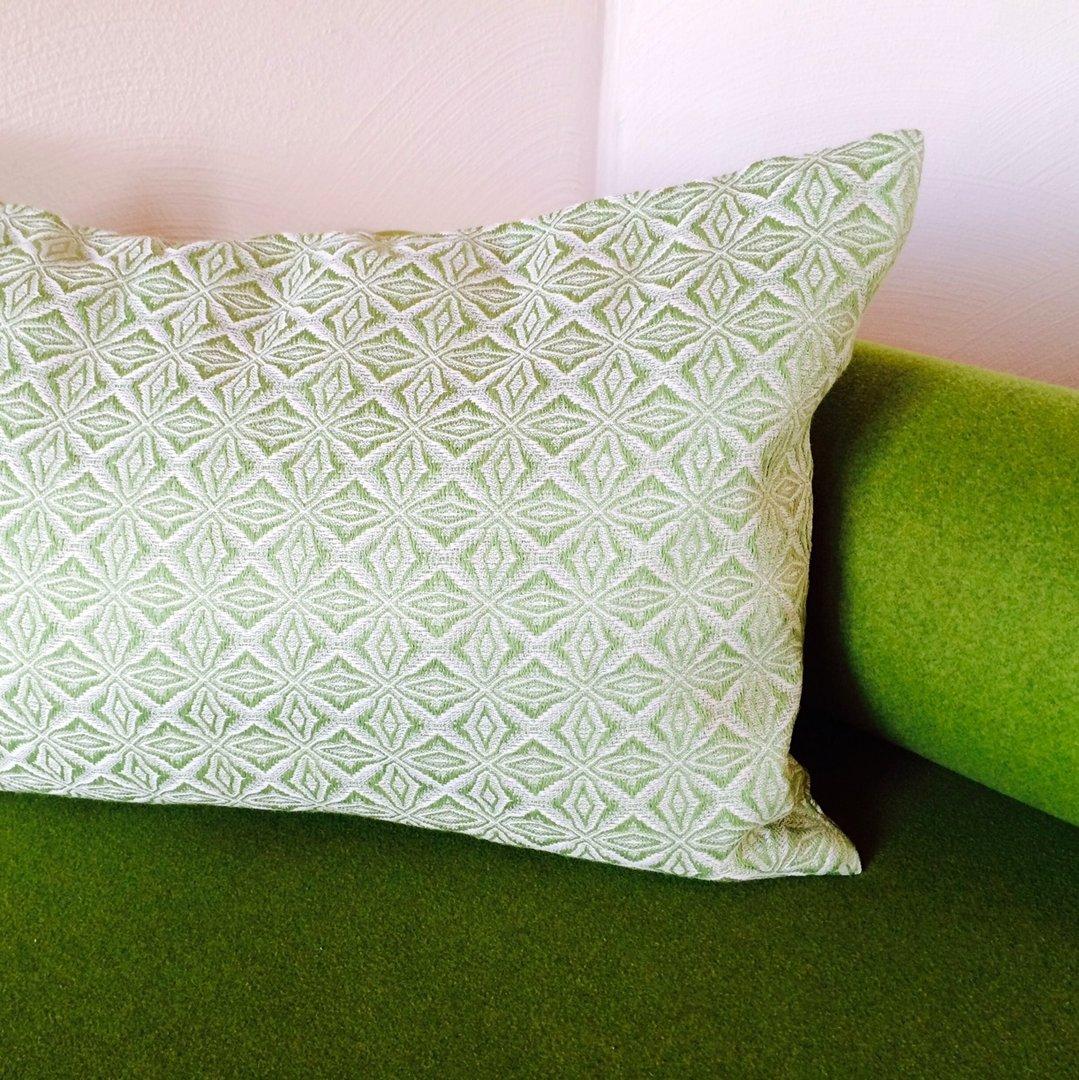 handgewebtes kissen aus halbleinen birkengruen 40 x 60 cm. Black Bedroom Furniture Sets. Home Design Ideas
